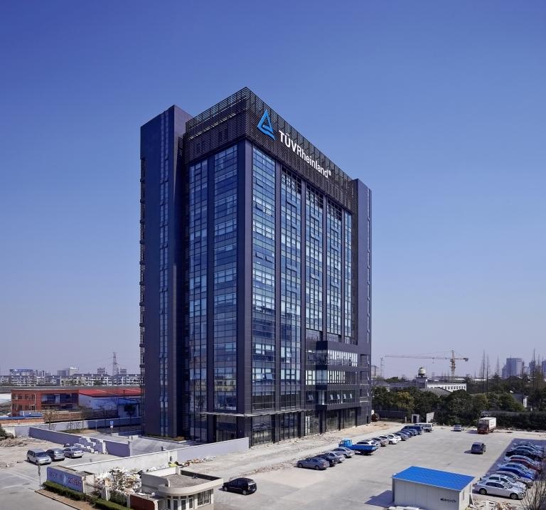 Neues TÜV Rheinland-Haus in Shanghai: Der Standort für 300 Mitarbeiterinnen und Mitarbeiter beherbergt seit Mitte April 2010 auf 17.000 Quadratmetern auch zahlreiche Prüflaboratorien. Foto: TÜV Rheinland