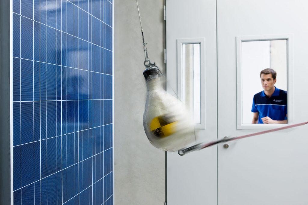 Bereits 1995 hat die TÜV Rheinland Group im Labormaßstab mit der technischen Prüfung von Solarkomponenten begonnen und es seitdem zum Weltmarktführer gebracht. Dabei wird auch mit speziellen Tests die mechanische Belastung von Photovoltaik-Modulen geprüft. Foto: TÜV Rheinland